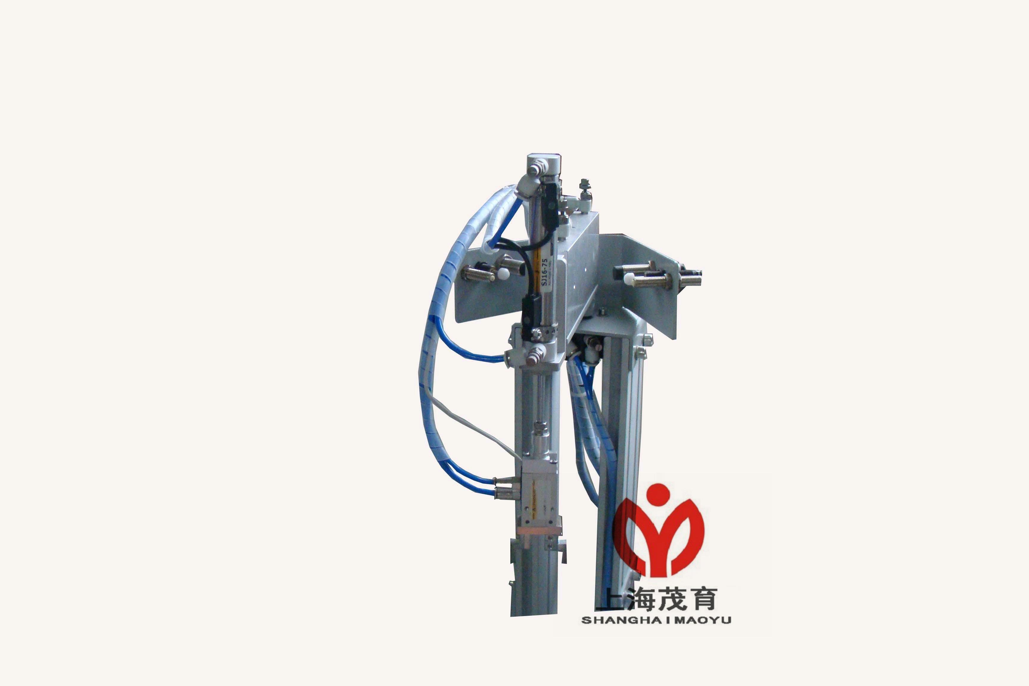 MYN-236A型光机电一体化控制实训装置在铝合金导轨式实训台上安装送料、输送、分拣等工作单元,构成一个典型的自动生产线的机械平台,系统各机构的采用了气动驱动、普通电机和变频器驱动控制以及各种传感器应用等技术。系统的控制方式采用一台PLC承担其控制任务,在有限的资源下,如何合理的分配各个单元的I/O接口的非常重要的。因此,235综合应用了多种技术知识,如气动控制技术、机械技术(机械传动、机械连接等)、传感器应用技术、PLC控制、变频器技术触摸屏技术和合理分配PLC(I/O点)等。利用235可以模拟一个与实