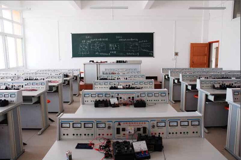 一、物理电学实验室设备介绍: 教师主控演示台 (教师用主控台共分三大部分组成)教师演示用各种电源程序共有五个单元。 1、2-24V(每档2V)8A的交直流; 2、1.5-25V连续可调2A的直流稳压电源; 3、9V、40A时间为10S+±2S电流直流电源; 4、240和300V、100,mA高压直流电源; 5、工作电源: AC220V±10%,50HZ 6、装置容量:<1.