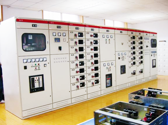 MY-DQ12 高低压供配电技术成套实训装置包括10/0.4kV变配电系统。通过在高低压供电实训装置上的实训和实习,使学生了解和掌握电力供电系统的基础知识,熟悉高、低压供电各个环节及一、二次电气设备的基本结构、工作原理和功能,能正确分析中小型工厂变配电系统一、二次接线图,掌握电力负荷及短路电流计算的初步能力,并能看懂电气安装图,掌握车间变配电所、配电线路的设计方法及基本内容,具有安全用电、节约用电的基本知识,培养学生解决供电系统问题的能力,提高学生动手能力和实践能力,为毕业设计和以后的工作打下较好的基础