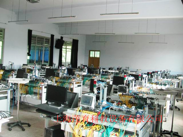 电源模块,模拟生产设备实训模块,接线端子排和各种传感器,计算机等